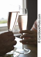 Hand mit Champagnerglas.