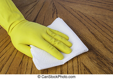 Hand mit Papiertuch.