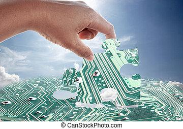 Hand und elektronisches Puzzlemuster.