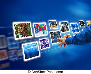 Hand wählt Bilder aus