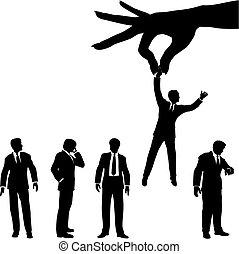 Hand wählt Geschäftsmänner aus der Gruppe der Menschen