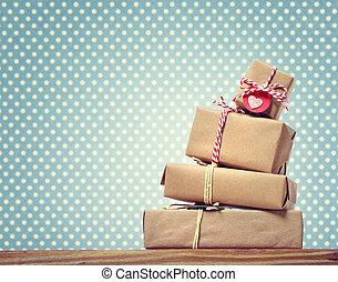 Handgefertigte Geschenkboxen über Polka-Punkte.