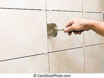 Haussanierung - Fliesen an der Wand.