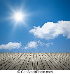 Helle Sonne blauer Himmel Hintergrund.