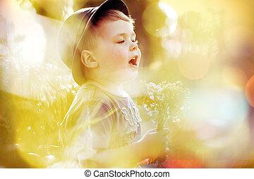 Helles Bild von einem kleinen süßen Jungen