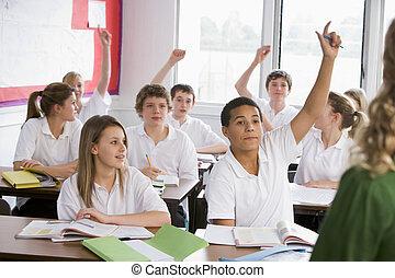 Highschool-Studenten beantworten eine Frage im Unterricht