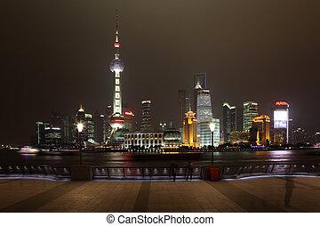 Himmelfahrt von Pudong in der Nacht. Shanghai, Porzellan