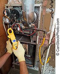 Hispanischer Klimaanlagen-Reparatur-Mann mit Wartung