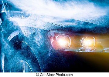 Hoch regnerisches Auto fahren