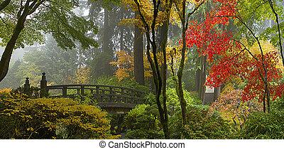 Holzbrücke im japanischen Garten im Herbstpanorama.