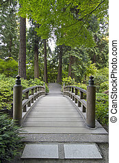 Holzbrücke im japanischen Garten