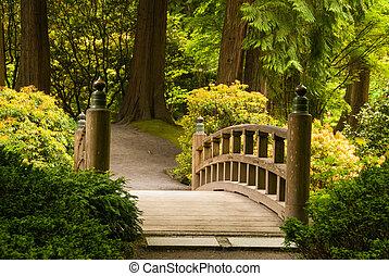 Holzbrücke in einem japanischen Garten.