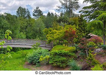 Holzfuß-Brücke im Tsuru Insel japanischen Garten.