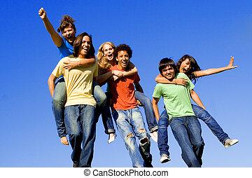 Huckepackrennen verschiedener Teenager