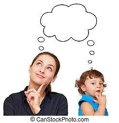 Ich denke an junge Frauen und ein süßes Kind-Konzept mit Blase über dem weißen Hintergrund