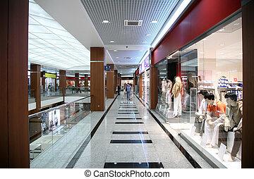 Im Laden der modischen Kleidung