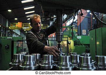 Industriearbeiter in der Fabrik