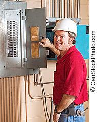 Industrieelektriker bei der Arbeit.