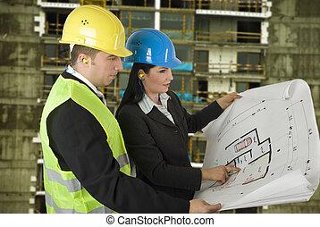 Ingenieur und Klient vor Ort
