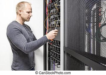 Installiert Kommunikationsregal in Rechenzentrum.