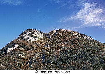 Italien Toskana, Berge mit blauem Himmel.