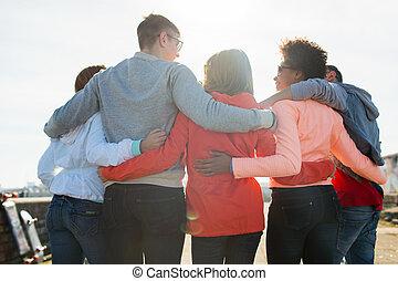jugendlich, gruppe, umarmen, straße, friends, glücklich