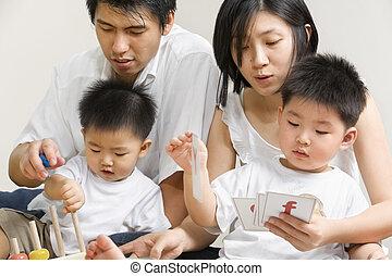 Junge asiatische Familie verbringt Zeit miteinander