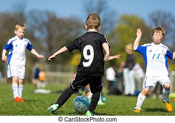 Junge, die beim Fußballspiel sabbern
