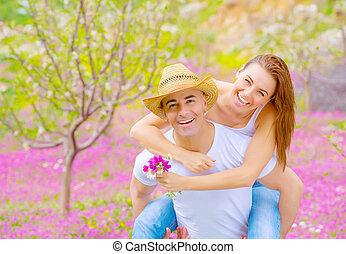 Junge Familie im Sommergarten