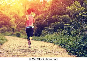 Junge Fitness-Frau läuft.