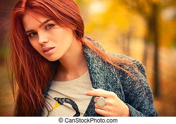 Junge Frau im Freien.