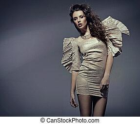 Junge Frau in schönem Kleid.