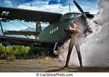 Junge Frau mit einer Waffe.