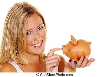 Junge Frau, um Geld zu sparen