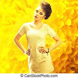 Junge, frische Dame über dem gelben Hintergrund.