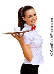 Junge Kellnerin mit leerem Tablett.