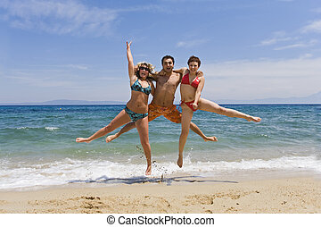 Junge Männer springen auf See