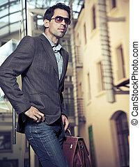 Junger gutaussehender Geschäftsmann