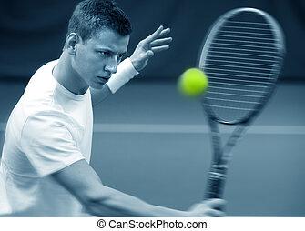 Junger Mann, der Tennis spielt.