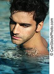 Junger Mann im Pool