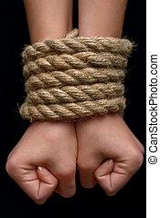 Junges Mädchen mit Seilen