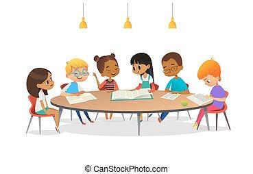 Jungs und Mädchen, die am runden Tisch sitzen, Bücher lesen und diskutieren. Kinder, die in der Schulbibliothek miteinander reden. Kartoon Vektorgrafik für Banner, Plakate, Werbung.