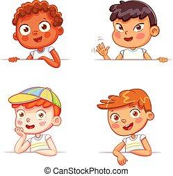 Jungs verschiedener Nationalitäten mit leerem weißen Brett