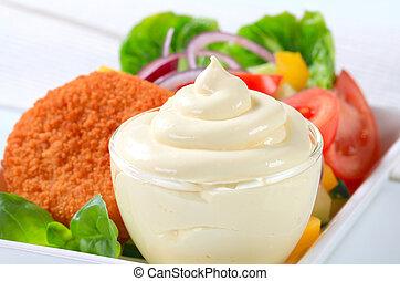 Käse mit Gemüsesalat und Mayonnaise