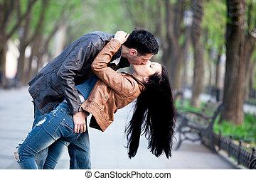 küssende , paar, city., gasse