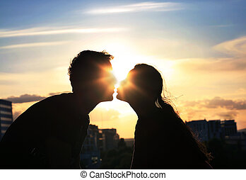 Küssendes Paar über den Hintergrund der Abendstadt