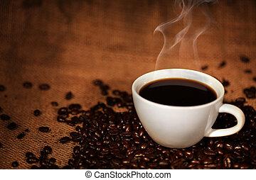 Kaffeebecher auf gebratenen Kaffeebohnen