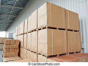 Kartons aus dem Lagerhaus draußen