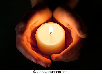 Kerzen zwischen den Händen