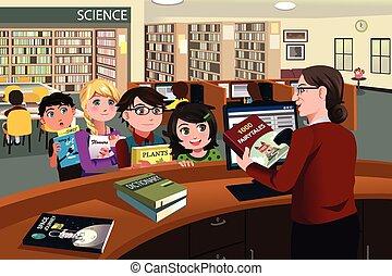 Kinder überprüfen Bücher in der Bibliothek.